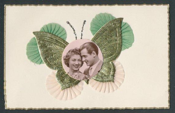 Oblaten-AK Aufgeklebter Schmetterling mit Foto eines Liebespaares