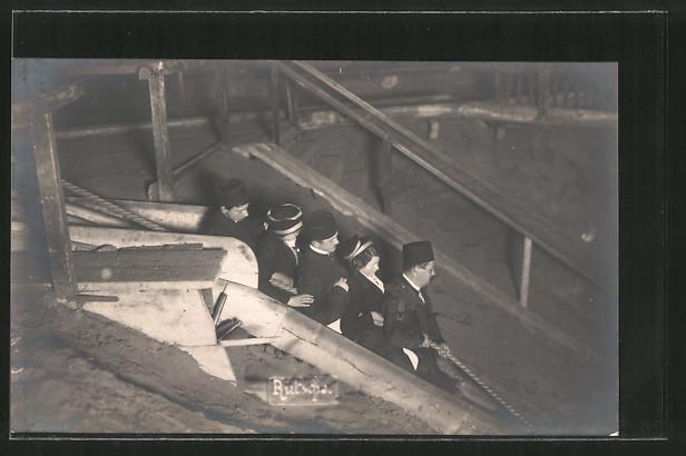 Foto-AK Rutsche, Besucher in Bergwerk