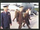 AK Kenan Evren und türkische Militärs auf Flugplatz