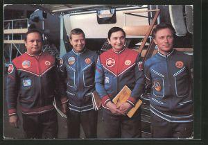 AK Gemeinsamer Kosmosflug UdSSR/ DDR, Kosmonauten Jähn, Bykowski, Köllner und Gorbatko bei der Vorbereitung