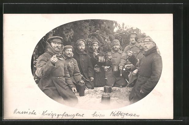 Foto-AK Russische Kriegsgefangene beim Mittagessen