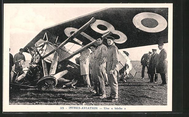 AK Istres, Aviation, Une bûche, Trümmer eines Flugzeugs