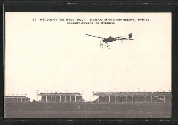 AK Bétheny, Pilot Delagrange mit seinem Flugzeug Blériot fliegt über die Tribünen 1909
