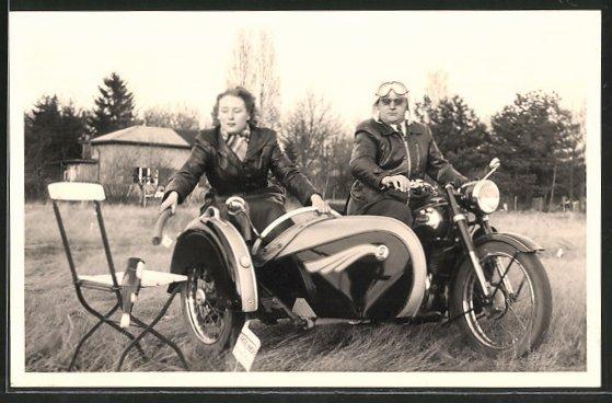 Foto-AK Motorrad Triumph TWN mit Beiwagen, Liebespaar fährt Motorrad und stösst eine Flasche vom Stuhl