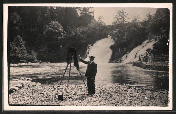 Foto-AK Landschaftsfotograf mit Platten-Kamera-Fotoapparat