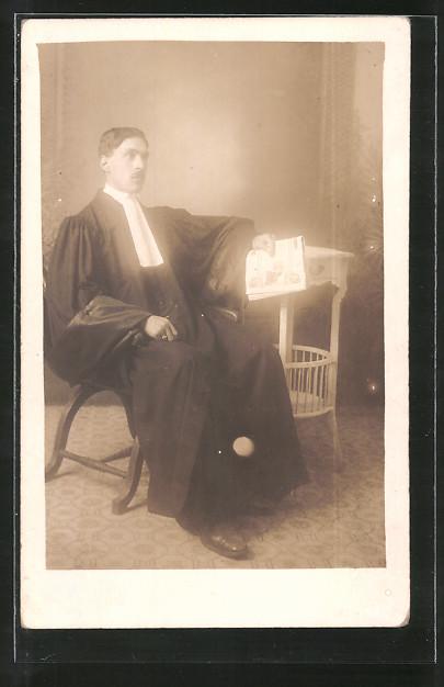 Foto-AK Jurist sitzt auf einem Stuhl