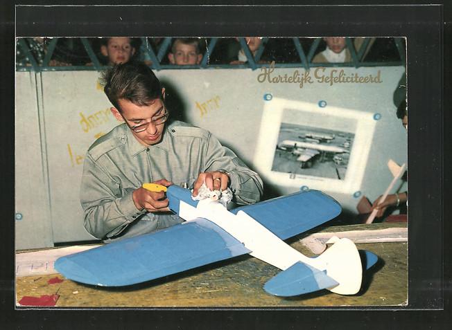 AK Junger Mann mit dem Modell eines Flugzeugs