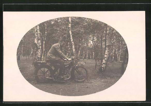 Foto-AK Motorrad Zündapp, Motorradfahrer fährt einen Waldweg entlang