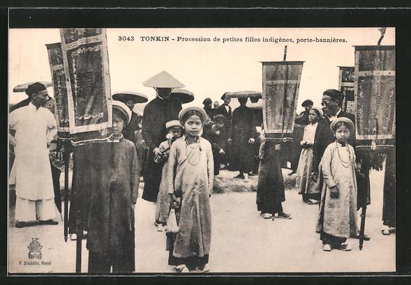 AK Tonkin, Procession de petites filles indigènes, porte-bannière