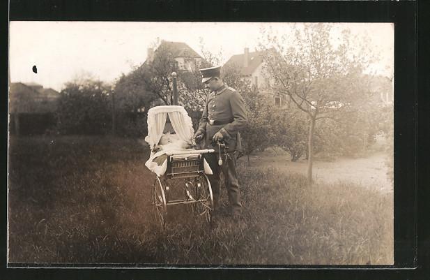 Foto-AK Feldgrauer Unteroffizier mit Kinderwagen