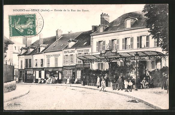 AK Nogent-sur-Seine, Entrée de la Rue des Ponts, Cafe de Bellevue