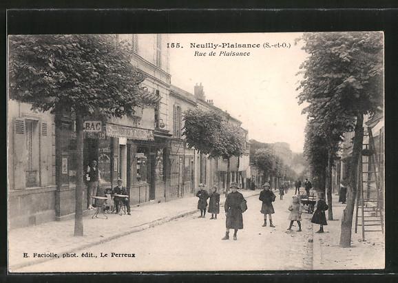 AK Neuilly-Plaisance, Rue de Plaisance, strassenleben mit Cafe