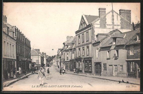 AK La Rivière-Saint-Sauveur, Blick in eine Geschäftsstrasse