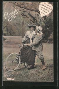 AK Frau auf Fahrrad mit ihrem Mann,