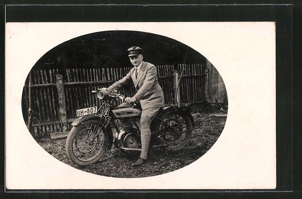 AK Stolzer Besitzer auf seinem Triumph TWN Motorrad