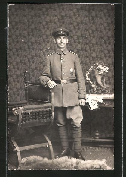 Foto-AK Feldgrauer von Landsturm X 3 mit Eisernem Kreuz und Verwundeten-Abzeichen