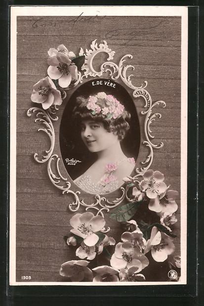 Foto-AK Atelier Reutlinger, Paris: E. de Vére mit Blumen im Haar posierend