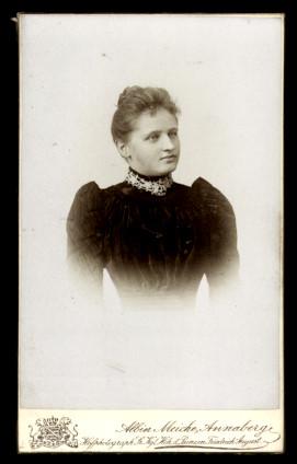 Fotografie Albin Meiche Annaberg, Portrait Edeldame im schwarzen Kleid, verzierter Kragen