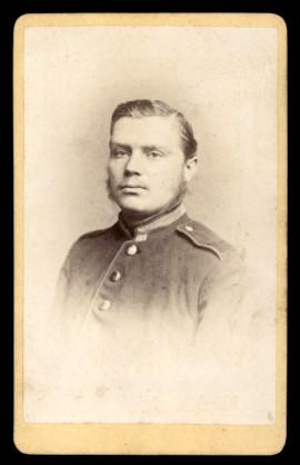 Fotografie Carl Dittrich Dresden, Portrait deutscher Unteroffizier in Uniform mit Schulterstück Regiment 105