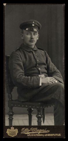 Fotografie Otto Magni Crimmitschau, Portrait deutscher Soldat in Uniform-Feldgrau mit Schirmmütze
