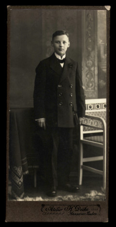 Fotografie Atelier H. Deike Hannover-Linden, Portrait Knabe im eleganten Anzug