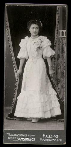 Fotografie Atelier Samson & Co. Halle / Saale, Portrait hübsche Hochzeitsbraut im weissen Brautkleid
