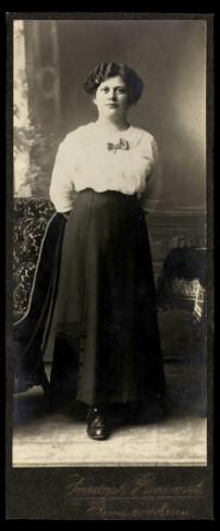 Fotografie Friedrich Rummel Germersheim, Portrait hübsche Frau trägt Rock & Bluse mit Fliege-Schleife