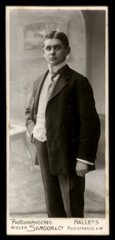 Fotografie Atelier Samson & Co. Halle / Saale, Portrait junger Mann im eleganten Anzug