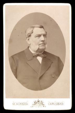Fotografie M. Hirsch Karlsbad, Portrait Edelmann im Anzug mit Fliege