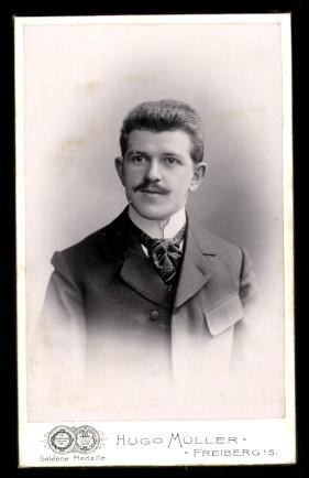 Fotografie Hugo Müller Freiberg, Portrait Mann im Anzug mit Krawatte