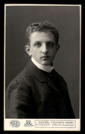Fotografie R. Müller Görlitz, Portrait Bursche im modischen Anzug