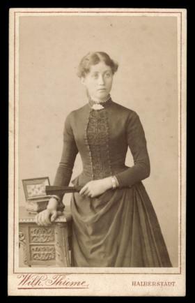 Fotografie Wilh. Thieme Halberstadt, Portrait hübsche Frau im eleganten Kleid mit Halskette & Fächer