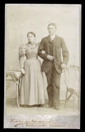 Fotografie Köhler & Saemann Halberstadt, Portrait junges Paar elegant gekleidet