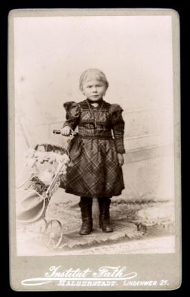 Fotografie Institut Fath Halberstadt, Portrait niedliches Mädchen mit Puppenwagen