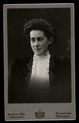 Fotografie Hubert Lill Mannheim, Portrait hübsche Frau mit modischer Frisur trägt Kleid mit Spitze