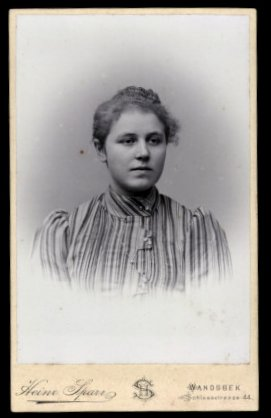Fotografie Heinrich Sparr Hamburg-Wandsbek, Portrait hübsches Mädchen im gestreiften Kleid mit Halskkette