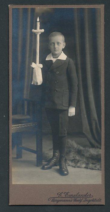 Fotografie G. Emslander Ingolstadt, Portrait Knabe mit Kerzenständer nach der Konfirmation