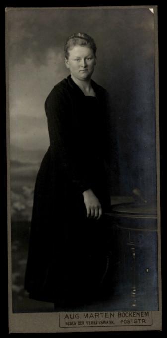 Fotografie Aug. Marten Bockenem, Portrait Frau trägt schwarzes Kleid