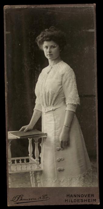 Fotografie Samson & Co. Hannover, Portrait hübsche Frau trägt weisses Kleid mit Spitze