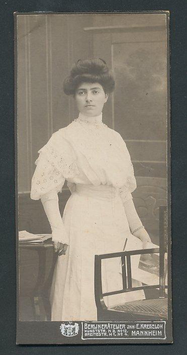 Fotografie Berliner Atelier Inh. E. Kregeloh Mannheim, Portrait Hochzeitsbraut im Brautkleid mit Spitze