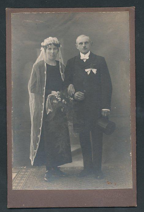 Fotografie Heinrich Kastens Leeste, Portrait Hochzeitspaar, Braut trägt schwarzes Kleid