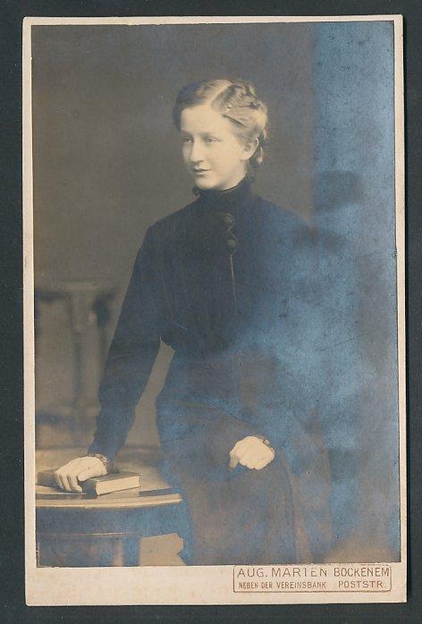 Fotografie Aug. Marten Bockenem, Portrait hübsche Frau trägt schwarzes Kleid
