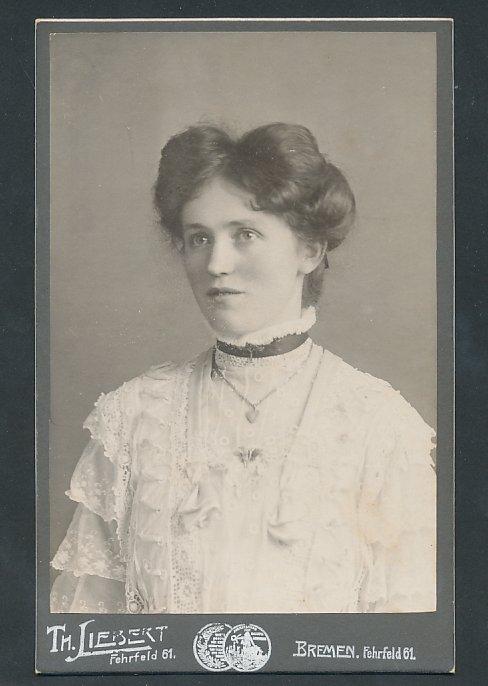 Fotografie Th. Liebert Bremen, Portrait hübsche Frau trägt weisse Bluse mit Spitze, Halskette
