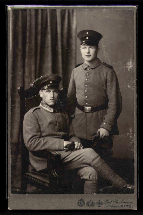 Fotografie Paul Beckmann Detmold, Portrait dt. Soldat & Offizier in Uniform mit Wickelgamaschen