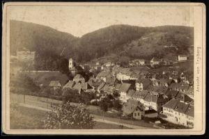 Fotografie Fotograf unbekannt, Ansicht Triberg, Panorama der Ortschaft mit Kirche