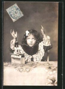 AK Kleines Mädchen baut Haus aus Dominosteinen