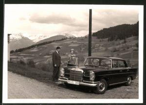Fotografie Auto Mercedes Benz, Paar mit Luxus-Limousine vor Landschaftspanorama