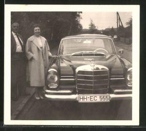 Fotografie Auto Mercedes Benz, Paar posiert stolz neben Limousine