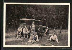 Fotografie Auto, Limousine mit Kühlerfigur, Familie beim Sonntagsausflug mit PKW