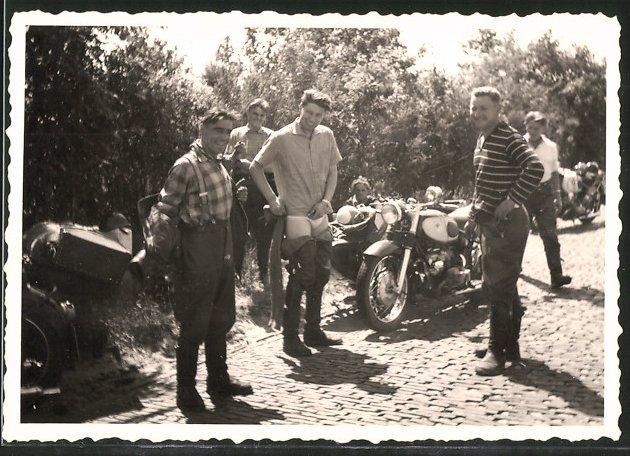 Fotografie Motorrad Zündapp mit Seitenwagen, Fahrer in Unterhose vor Gespann